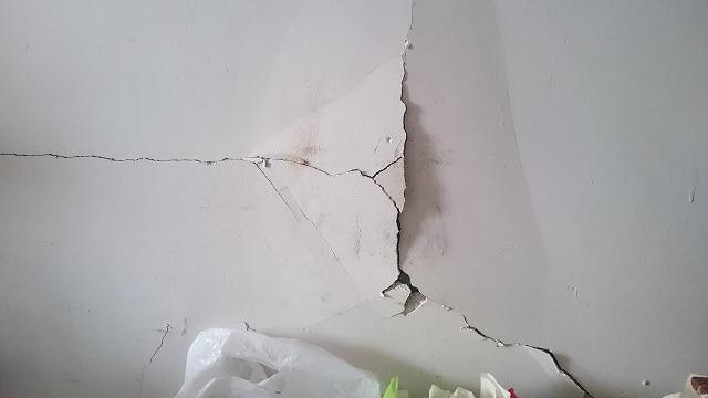 壁が剥がれる