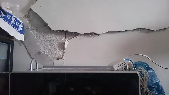 パソコンを設置している壁が剥がれる